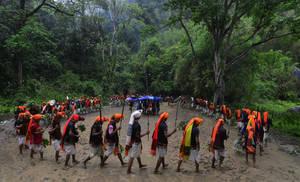 Ιθαγενείς της φυλής Tiwa χορεύουν κατά τη διάρκεια του φεστιβάλ Yangli το οποίο γιορτάζεται κάθε τρία χρόνια στην περιοχή Karbi Anglong της πολιτείας Assam. Ινδία, 2 Μαΐου 2018.
