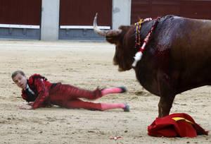 Ο Ισπανός ταυρομάχος Javier Cortes πέφτει στο έδαφος από τον πληγωμένο ταύρο κατά τη διάρκεια παραδοσιακής ταυρομαχίας στην αρένα Las Ventas της Μαδρίτης. Ισπανία 2 Μαΐου 2018