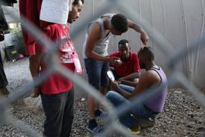 Πρόσφυγες κουρεύονται δίπλα από τις αυτοσχέδιες σκηνές όπου διαμένουν έξω από τον καταυλισμό του Κέντρου Υποδοχής και Ταυτοποίησης Προσφύγων και Μεταναστών της Μόριας, την Τετάρτη 2 Μαΐου 2018, στη Μυτιλήνη. Στον καταυλισμό της Μόριας σήμερα το πρωί φιλοξ