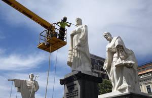 Ένας δημοτικός υπάλληλος καθαρίζει το μνημείο της Βασίλισσας Όλγας στην πλατεία Michail Lovskaya στο κέντρο του Κιέβου. Ουκρανία 3 Μαΐου 2018.