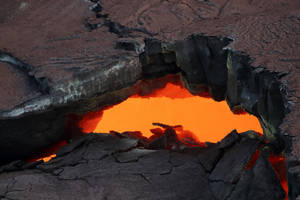 Το ηφαίστειο του βουνού Kilauea στην Χαβάη μπορεί να εκραγεί από στιγμή σε στιγμή. Μια λήψη από ελικόπτερο δείχνει τη λάβα η οποία σε κάποια σημεία έχει βγει από υπόγειες διόδους. ΗΠΑ 2 Μαΐου 2018.