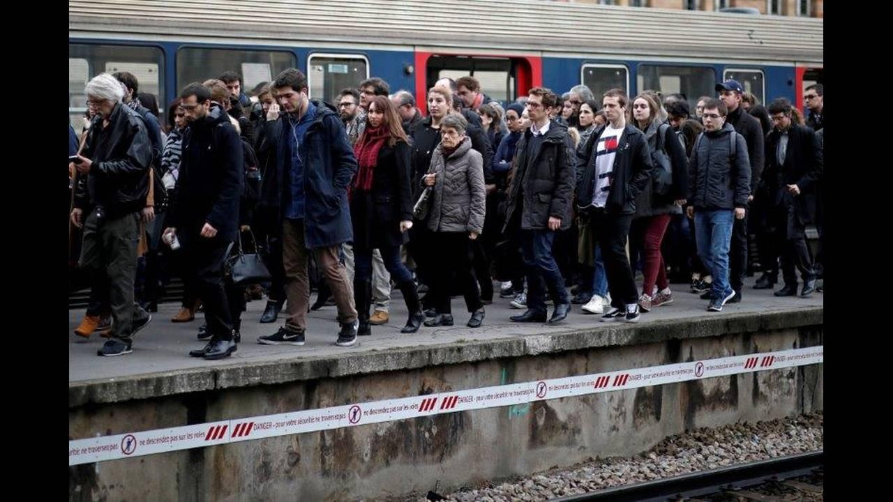 https://cdn.cnngreece.gr/media/news/2018/05/06/128870/photos/snapshot/2018-04-03T000000Z_36590606_RC1344C80510_RTRMADP_3_FRANCE-REFORM-SNCF.jpg