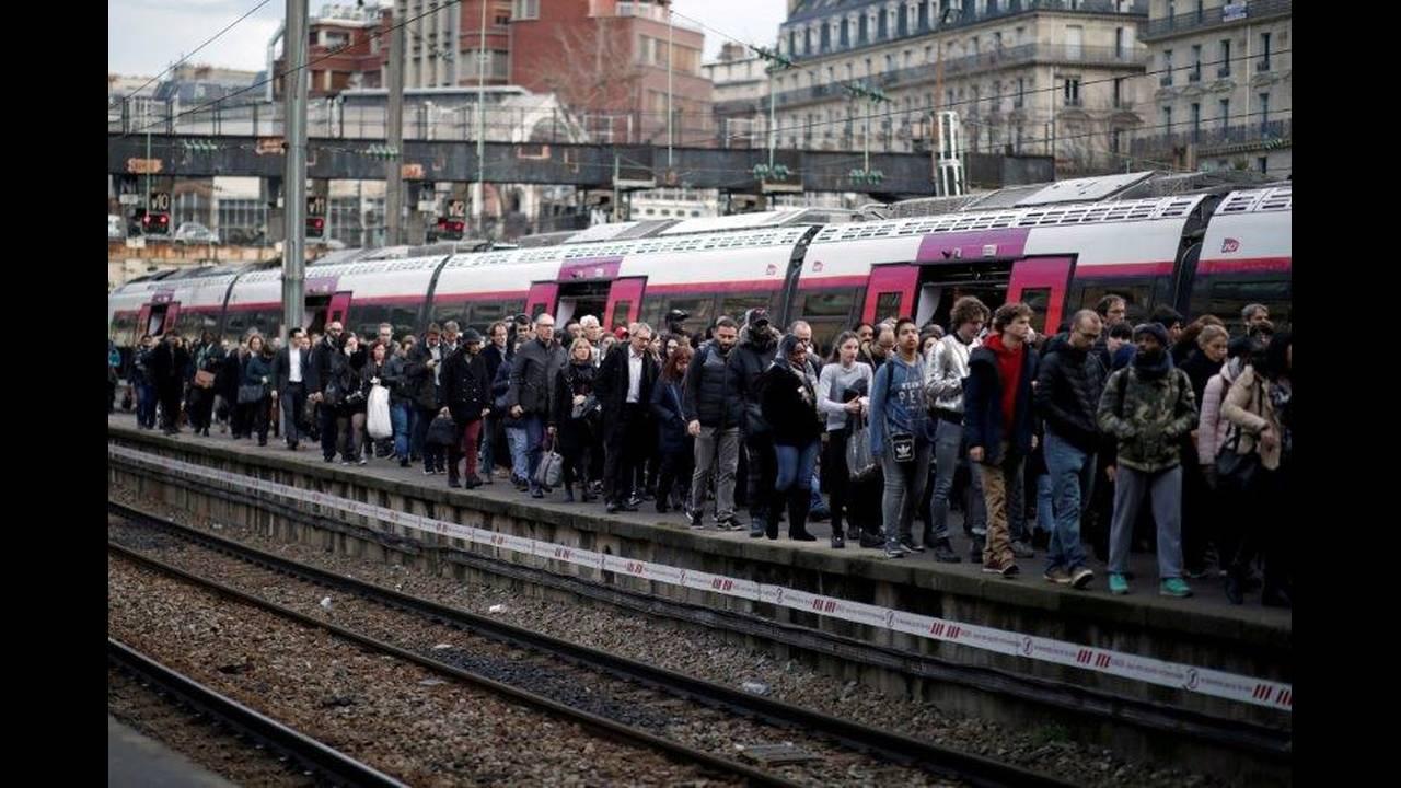 https://cdn.cnngreece.gr/media/news/2018/05/06/128870/photos/snapshot/2018-04-03T000000Z_678356434_RC157E0B53D0_RTRMADP_3_FRANCE-REFORM-SNCF.jpg