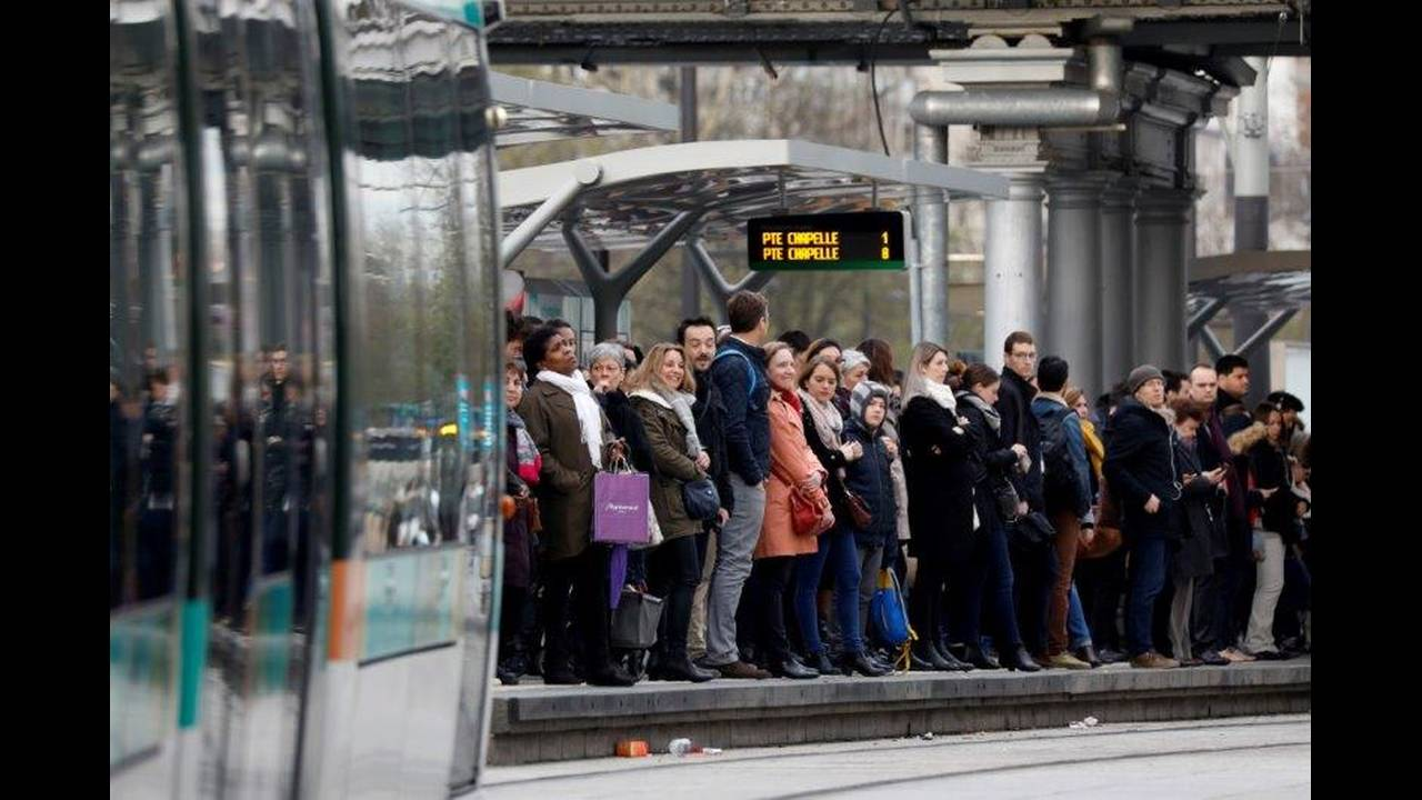 https://cdn.cnngreece.gr/media/news/2018/05/06/128870/photos/snapshot/2018-04-03T080125Z_2006033163_RC179F7A64B0_RTRMADP_3_FRANCE-REFORM-SNCF-STRIKE.jpg