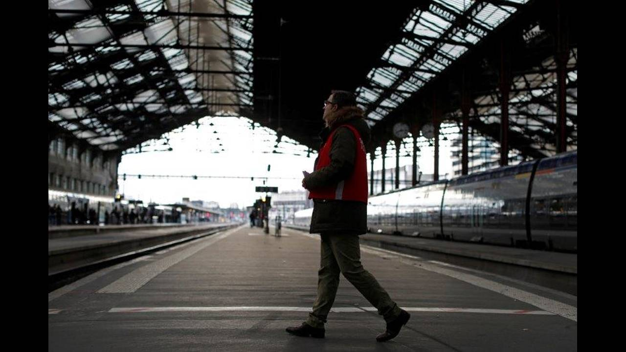 https://cdn.cnngreece.gr/media/news/2018/05/06/128870/photos/snapshot/2018-04-03T081740Z_876320285_RC18D52FAAF0_RTRMADP_3_FRANCE-REFORM-SNCF-STRIKE.jpg