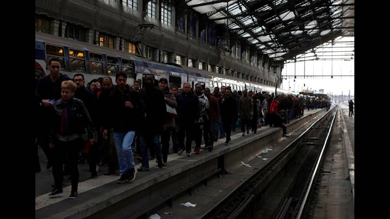 https://cdn.cnngreece.gr/media/news/2018/05/06/128870/photos/snapshot/2018-04-03T081933Z_100116395_RC15BA70C5B0_RTRMADP_3_FRANCE-REFORM-SNCF-STRIKE.jpg