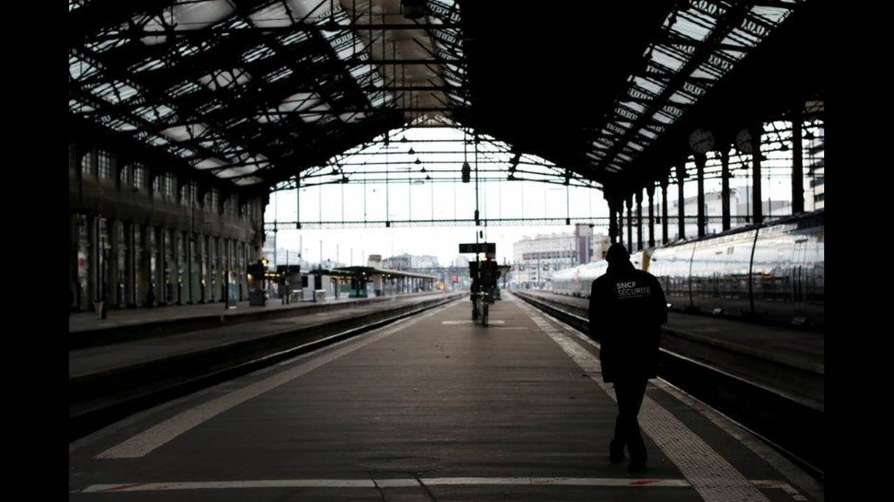 https://cdn.cnngreece.gr/media/news/2018/05/06/128870/photos/snapshot/2018-04-03T083213Z_1894289528_RC12546FB700_RTRMADP_3_FRANCE-REFORM-SNCF-STRIKE.jpg