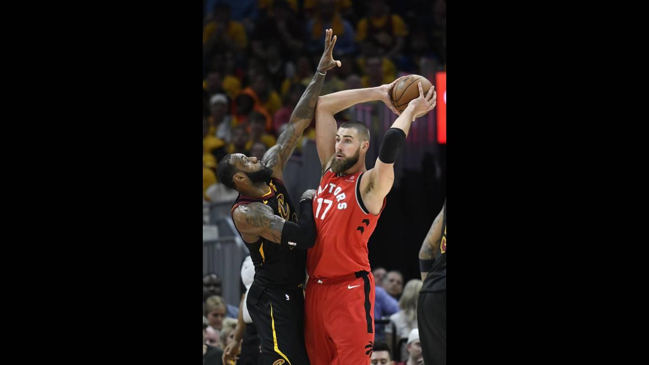 https://cdn.cnngreece.gr/media/news/2018/05/08/129060/photos/snapshot/2018-05-08T040007Z_1249128799_NOCID_RTRMADP_3_NBA-PLAYOFFS-TORONTO-RAPTORS-AT-CLEVELAND-CAVALIERS.JPG