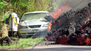 Βίντεο: Η λάβα του Κιλαουέα «καταπίνει» αυτοκίνητο
