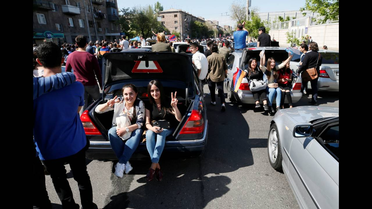 https://cdn.cnngreece.gr/media/news/2018/05/08/129086/photos/snapshot/2018-04-25T114907Z_1165064960_RC1CCA0C7D20_RTRMADP_3_ARMENIA-POLITICS.JPG