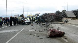 Καραμπόλα θανάτου στον Κηφισό - Νταλίκα έπεσε πάνω σε δύο οχήματα