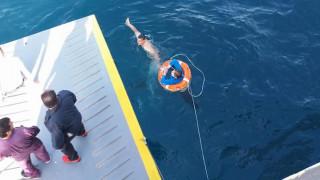 Δραματική διάσωση γυναίκας από τη θάλασσα στον Πειραιά