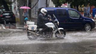 Κακοκαιρία «σαρώνει» τη Θεσσαλονίκη - Σώα τα δύο άτομα που παρασύρθηκαν από τα νερά