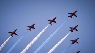 Εντυπωσιακή αεροπορική επίδειξη προς τιμήν του πρίγκιπα Καρόλου