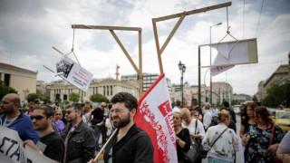 Κρεμάλες και αλυσίδες στην πορεία των ΠΟΕΔΗΝ - ΑΔΕΔΥ στο κέντρο της Αθήνας