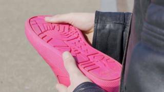Κατασκευάστηκε το πρώτο παπούτσι με σόλα από… μασημένες τσίχλες