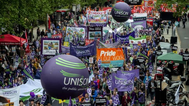 Χιλιάδες εργαζόμενοι στους δρόμους του Λονδίνου για να διεκδικήσουν καλύτερους μισθούς