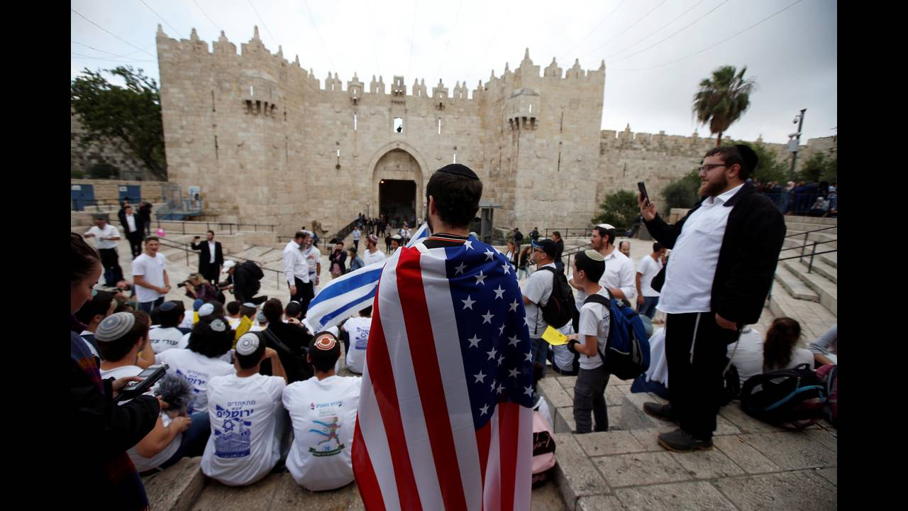 https://cdn.cnngreece.gr/media/news/2018/05/14/129889/photos/snapshot/2018-05-13T140155Z_1449549221_RC1171B1C170_RTRMADP_3_ISRAEL-PALESTINIANS-JERUSALEM-DAY.JPG