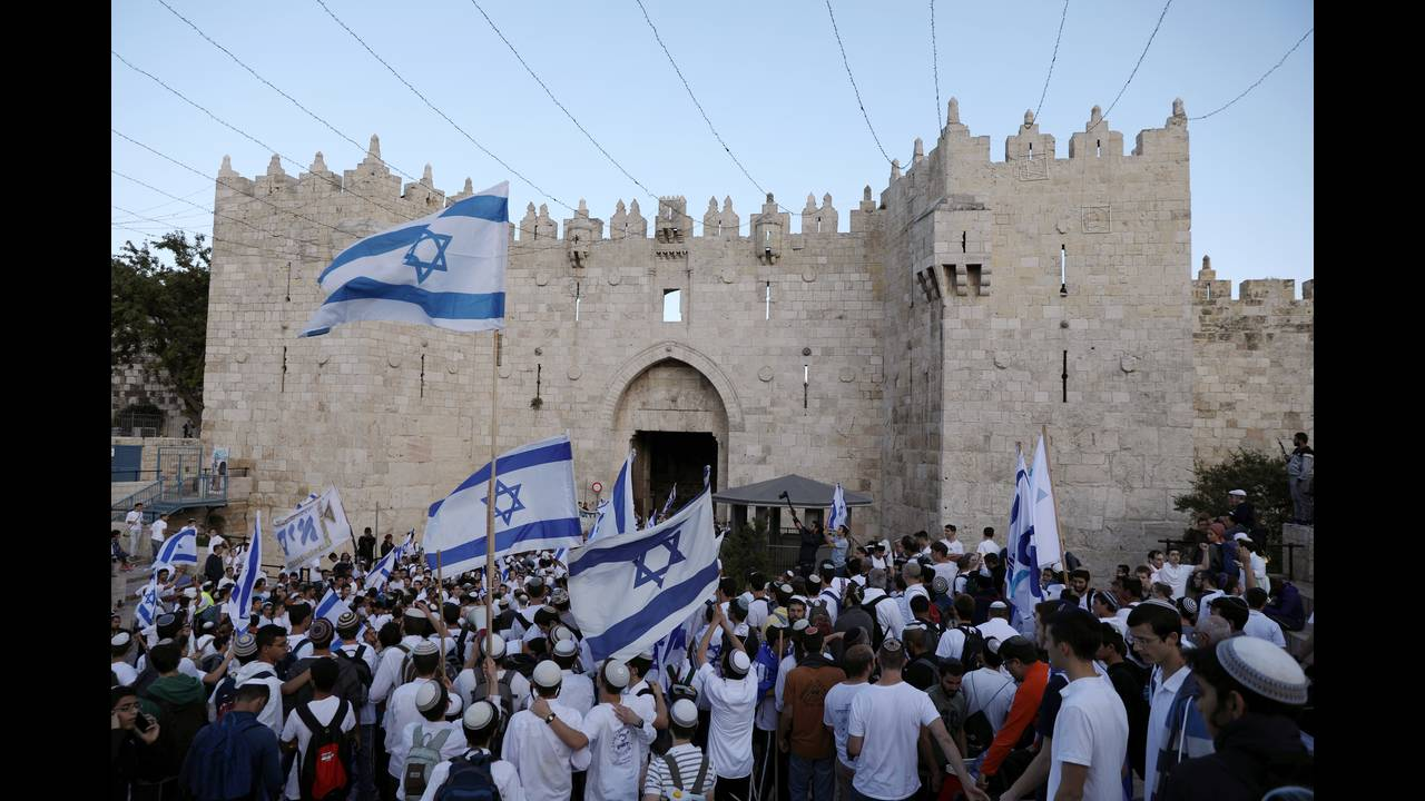 https://cdn.cnngreece.gr/media/news/2018/05/14/129889/photos/snapshot/2018-05-13T163125Z_1066732034_RC1A6A0D5F10_RTRMADP_3_ISRAEL-PALESTINIANS-JERUSALEM-DAY.JPG
