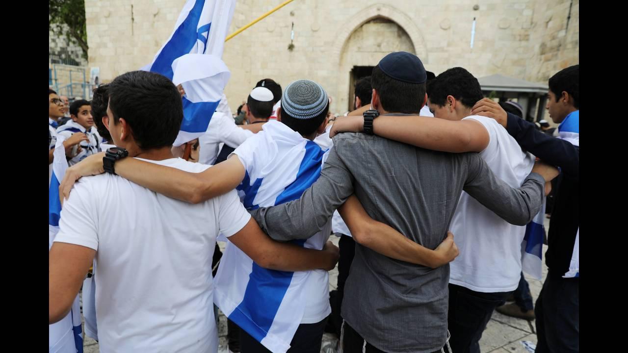 https://cdn.cnngreece.gr/media/news/2018/05/14/129889/photos/snapshot/2018-05-13T165729Z_960785626_RC1F6DCFC100_RTRMADP_3_ISRAEL-PALESTINIANS-JERUSALEM-DAY.JPG
