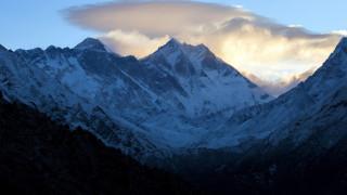 Ένας 70χρονος με ακρωτηριασμένα πόδια ανεβαίνει στην ψηλότερη κορυφή του κόσμου
