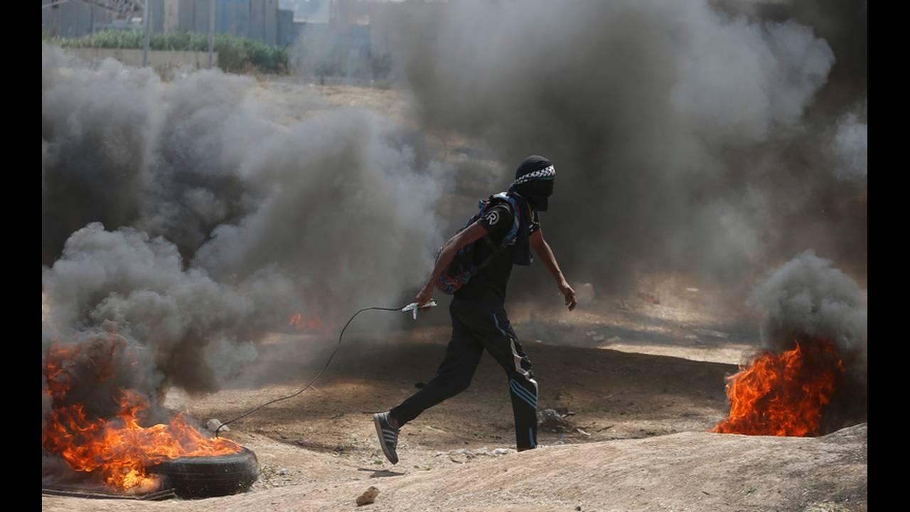 https://cdn.cnngreece.gr/media/news/2018/05/15/130046/photos/snapshot/2018-05-14T075130Z_994041610_RC1352E746B0_RTRMADP_3_ISRAEL-USA-PROTESTS-PALESTINIANS.jpg