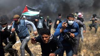 Καρέ-καρέ η στιγμή που δημοσιογράφος αποφεύγει τα πυρά ελεύθερου σκοπευτή στη Γάζα