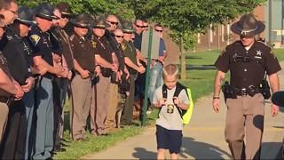 Η συγκινητική έκπληξη 70 αστυνομικών σε έναν 5χρονο που έχασε τον μπαμπά του