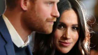 Μέγκαν Μαρκλ: ξαναγράφει το βασιλικό πρωτόκολλο & περπατάει ασυνόδευτη στο γάμο