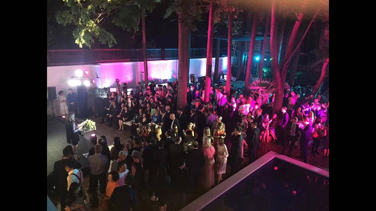 https://cdn.cnngreece.gr/media/news/2018/05/18/130612/photos/snapshot/Eros-Garden-opening-party.jpg