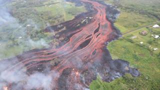 Κιλαουέα: Απόκοσμες εικόνες από τη στιγμή που η λάβα «επιτίθεται» στον Ειρηνικό Ωκεανό