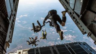 Τρομακτικό δυστύχημα: Σύγκρουση αλεξιπτωτιστών στον αέρα