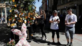 Μάντσεστερ: Τιμούν τη μνήμη των θυμάτων έναν χρόνο μετά την επίθεση