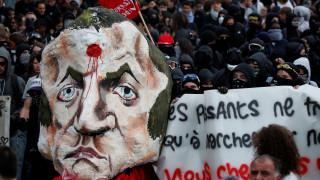 Γαλλία: Διαδηλωτές έκαψαν ομοίωμα του Μακρόν