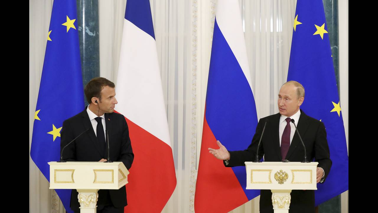 https://cdn.cnngreece.gr/media/news/2018/05/25/131643/photos/snapshot/2018-05-24T211651Z_1284197869_UP1EE5O1N433H_RTRMADP_3_RUSSIA-FRANCE-PUTIN-MACRON.jpg