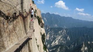 Δουλειά για λίγους και τολμηρούς: Εργασίες συντήρησης σε ύψος… 800 μέτρων