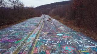 Ο δρόμος είχε τη δική του ιστορία: Ένας αυτοκινητόδρομος – έργο τέχνης σε μία πόλη φάντασμα