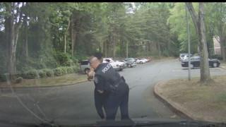 ΗΠΑ: Η στιγμή που αστυνομικός σώζει δύο μηνών βρέφος από πνιγμό (vid)