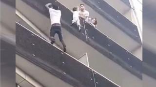 Σκαρφάλωσε 4 ορόφους για να σώσει παιδί που κρεμόταν στο κενό