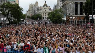 Η Μαδρίτη αποθεώνει τους πρωταθλητές και φωνάζει «Κριστιάνο μείνε!»