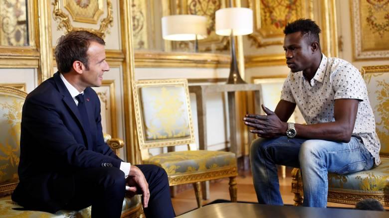 Γαλλική υπηκοότητα και εργασία στην Πυροσβεστική για τον μετανάστη που έσωσε παιδί στο Παρίσι