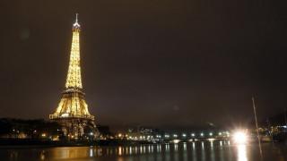 Βίντεο: Η εντυπωσιακή στιγμή που ο Πύργος του Άιφελ χτυπήθηκε από κεραυνό
