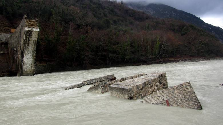 Σε πλήρη ανάπτυξη τα έργα για αποκατάσταση του γεφυριού της Πλάκας