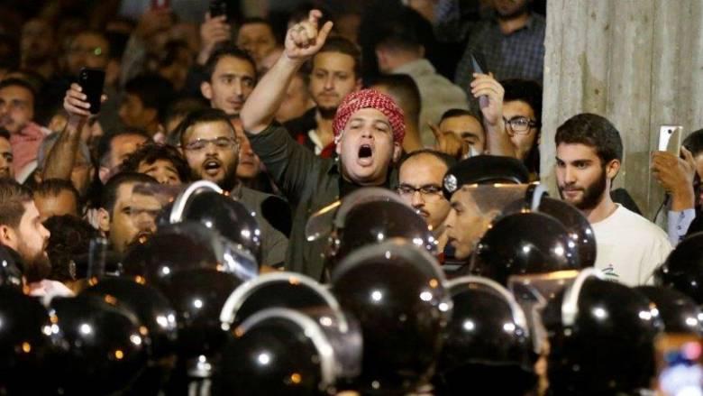 «Παγιδευμένος» μεταξύ διαδηλώσεων και ΔΝΤ ο βασιλιάς της Ιορδανίας