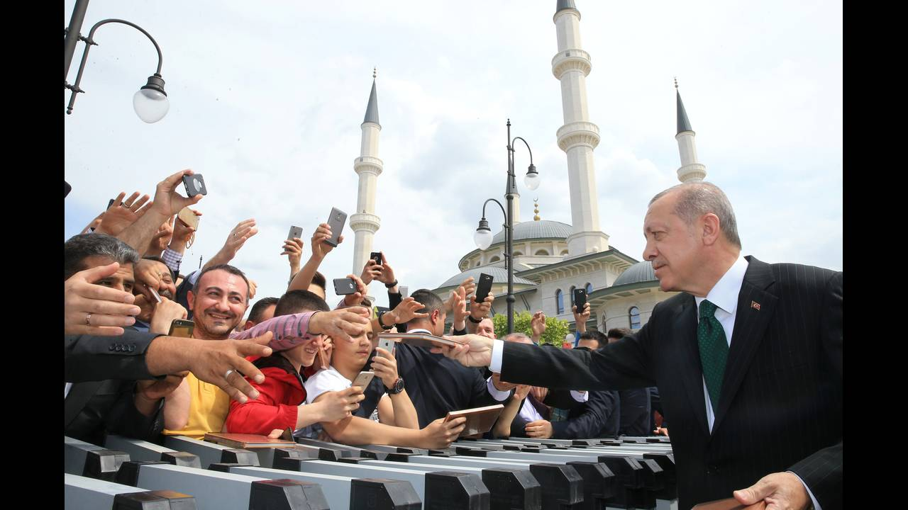 https://cdn.cnngreece.gr/media/news/2018/06/04/132799/photos/snapshot/2018-04-27T150622Z_1254292338_RC13BB772650_RTRMADP_3_TURKEY-POLITICS.JPG