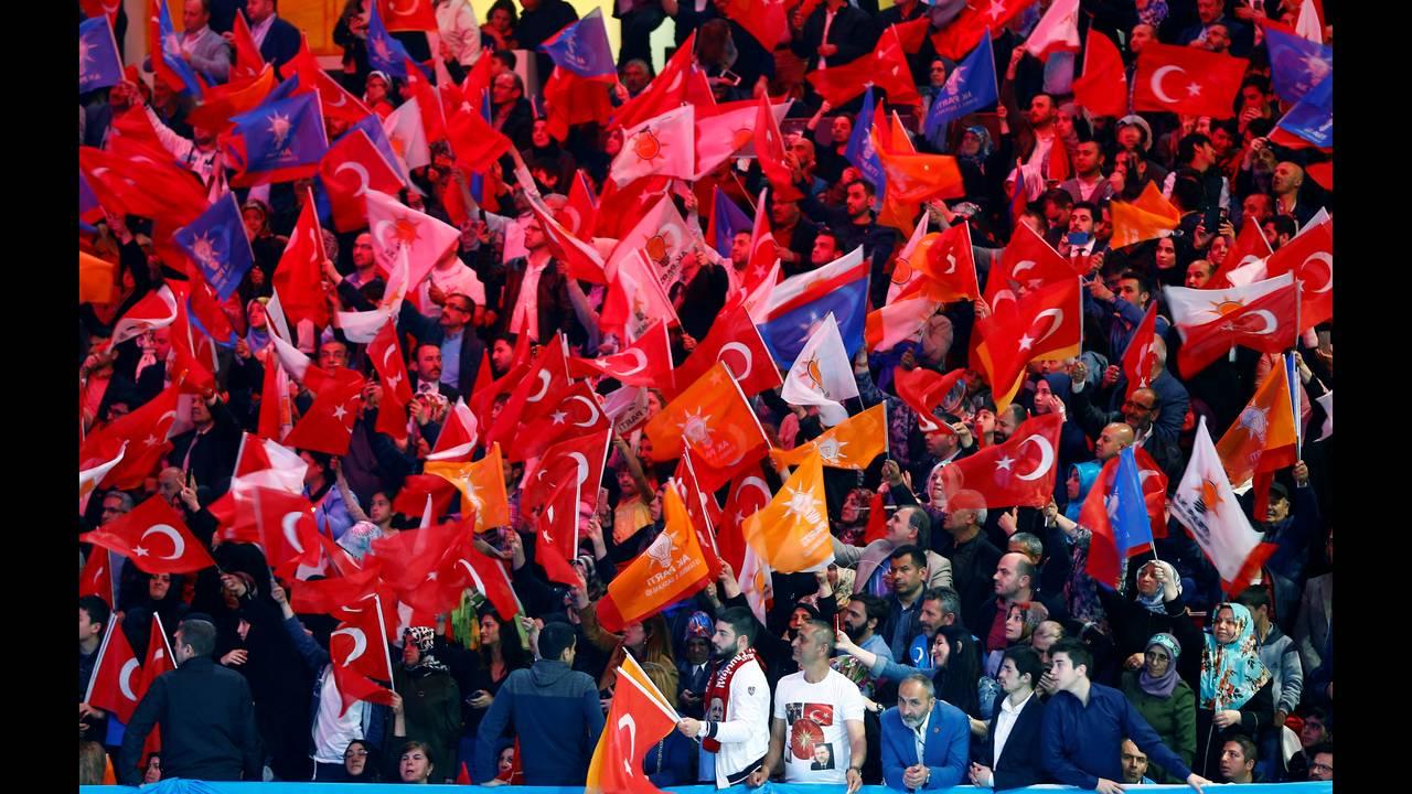 https://cdn.cnngreece.gr/media/news/2018/06/04/132799/photos/snapshot/2018-05-06T104741Z_1986676292_RC1927A6E880_RTRMADP_3_TURKEY-ELECTION.JPG