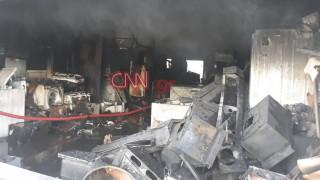 Φωτιά σε βιοτεχνία στο Περιστέρι: Υπό μερικό έλεγχο η πυρκαγιά-Ζημιές σε παρακείμενα κτίρια