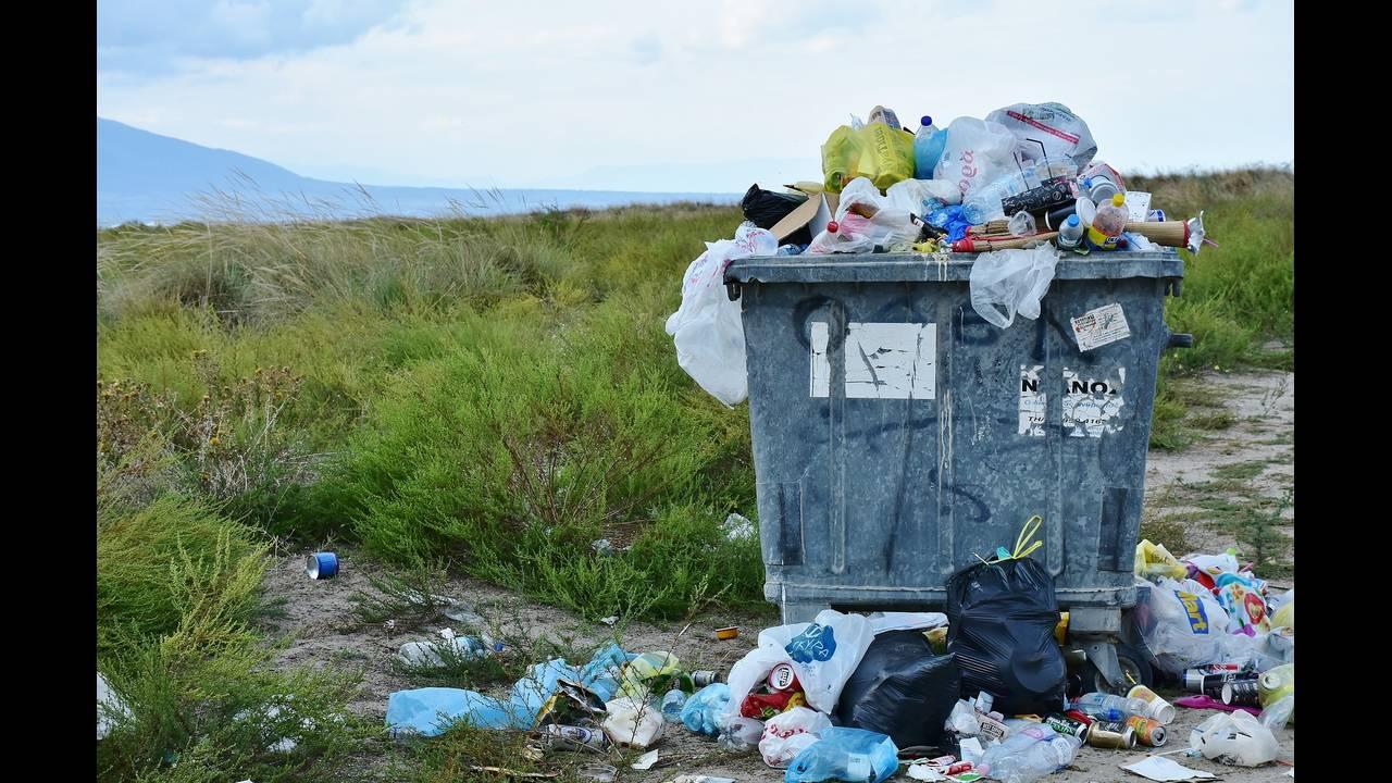 https://cdn.cnngreece.gr/media/news/2018/06/05/132970/photos/snapshot/garbage-2729608_1920.jpg