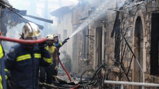 Φωτιά σε παλιό σπίτι στο ιστορικό κέντρο της Μυτιλήνης - Κινδύνεψε μία ολόκληρη γειτονιά