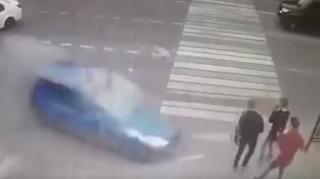 Σοκαριστικό τροχαίο στη Μόσχα: Τρεις πεζοί γλίτωσαν από βέβαιο θάνατο